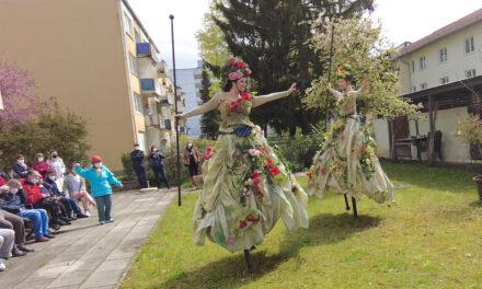 """Stelzentheater """"Duo Hochformat"""" bei Starnberger Senioren"""